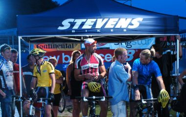Blauer Faltpavillon mit dem Logo von Stevens Bike bei einem Nachtrennen.