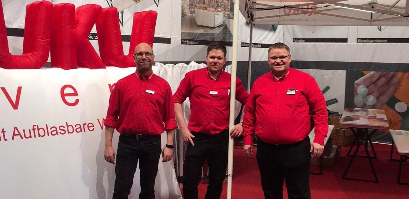 Drei Mitarbeiter von RUKUevent auf der Messe.