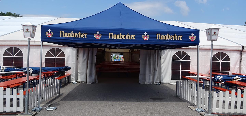 blauer Faltpavillon auf dem Volksfest in Roding