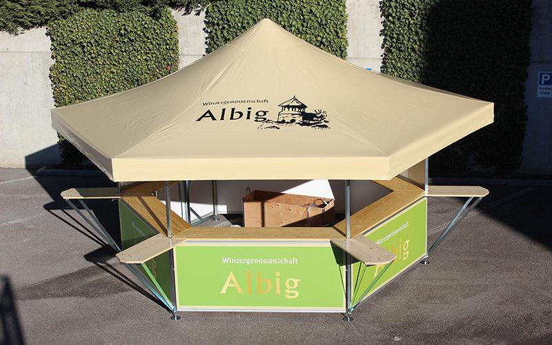 Mit Logo personalisierter Sechseck-Bierstand der Winzergenossenschaft Albig
